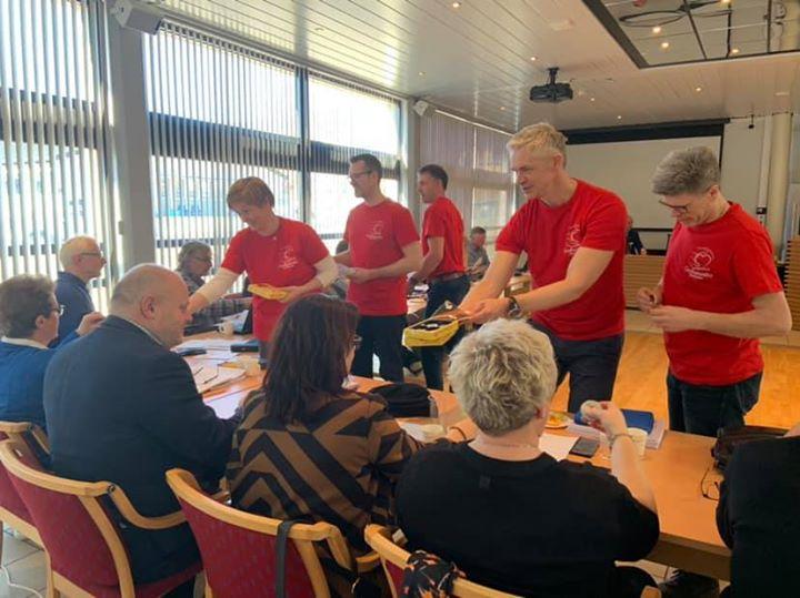 #godheitsvekasykkylven Kommunestyret i Sykkylven fekk oppfordring, oppmuntring, sjokolade og gode ord frå denne flotte…