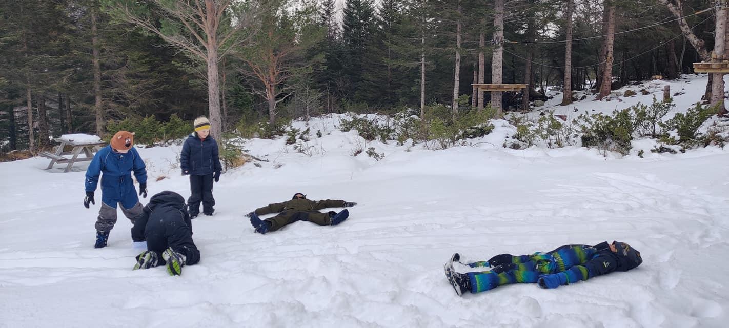 Vinterbingo og leik ved Klatreparken 😁 ❄️ 😁 Sidan verdas snømanndag var måndag d