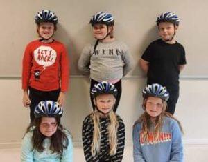 Heldige 3. klassingar som har fått superfine sykkelhjelmar med Gjensidige! Tusen